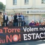 Uns 500 persones diuen 'prou' a l'estació de Torredembarra i en reclamen una de nova