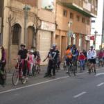Una seixantena de persones recorren la ciutat pedalant i patinant a favor del carril bici