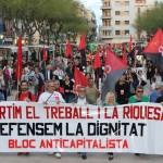 La manifestació anticapitalista del primer de maig carrega contra Movistar i Peggy Sue