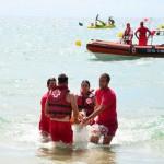 La Creu Roja realitza un simulacre de salvament i socorrisme a la platja Llarga