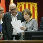 Els membres de la mesa del Parlament reben les notificacions del TC sobre la tramitació i suspensió de la resolució de l'inici del procés