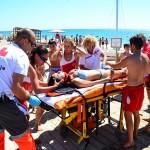 La Creu Roja simula un salvament amb quatre víctimes a la platja Llarga de Roda de Berà