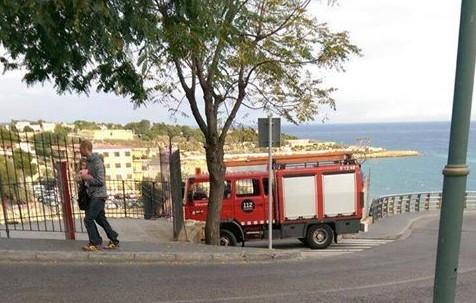 El camió de Bombers, aparcat prop de l'edifici. Foto: Cedida