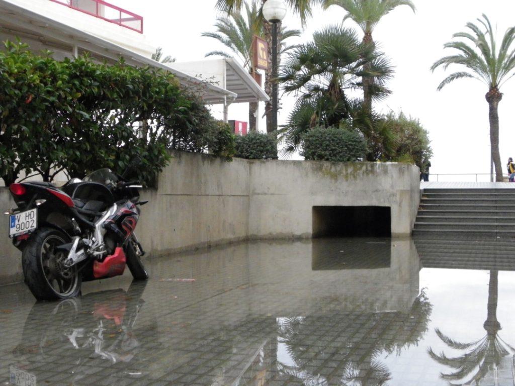 L'aigua cobreix part del neumàtic d'aquesta motocicleta al barri de la Salut de Salou. Foto: Romà Rofes / Tarragona21.cat