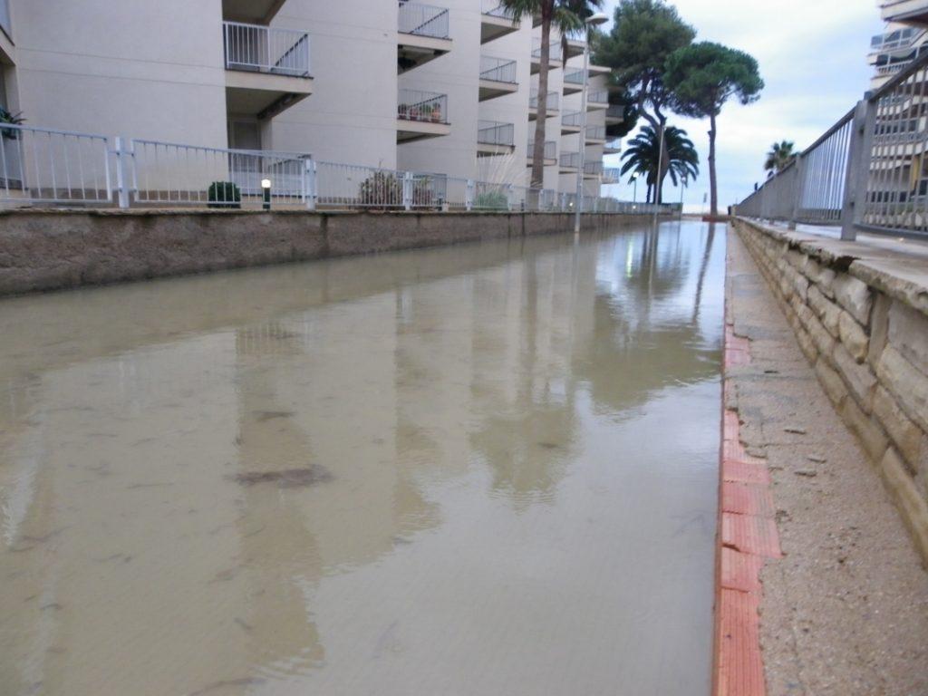 Un carrer sencer cobert d'aigua a Vilafortuny. Foto: Romà Rofes / Tarragona21.cat
