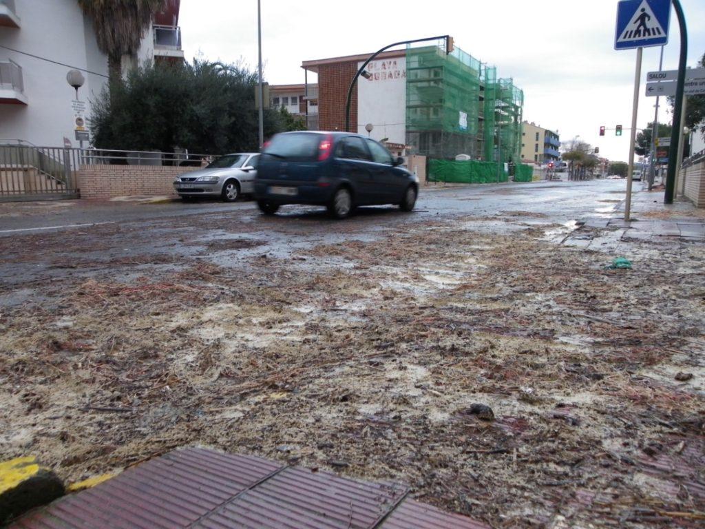Algunes carreteres del litoral tenen restes del temporal. Foto: Romà Rofes / Tarragona21.cat