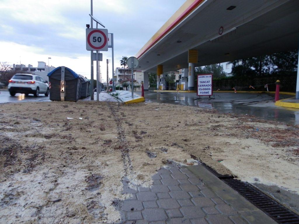 Fang i restes vegetals acumulades al voltant d'una estació de servei tancada a Vilafortuny. Foto: Romà Rofes / Tarragona21.cat