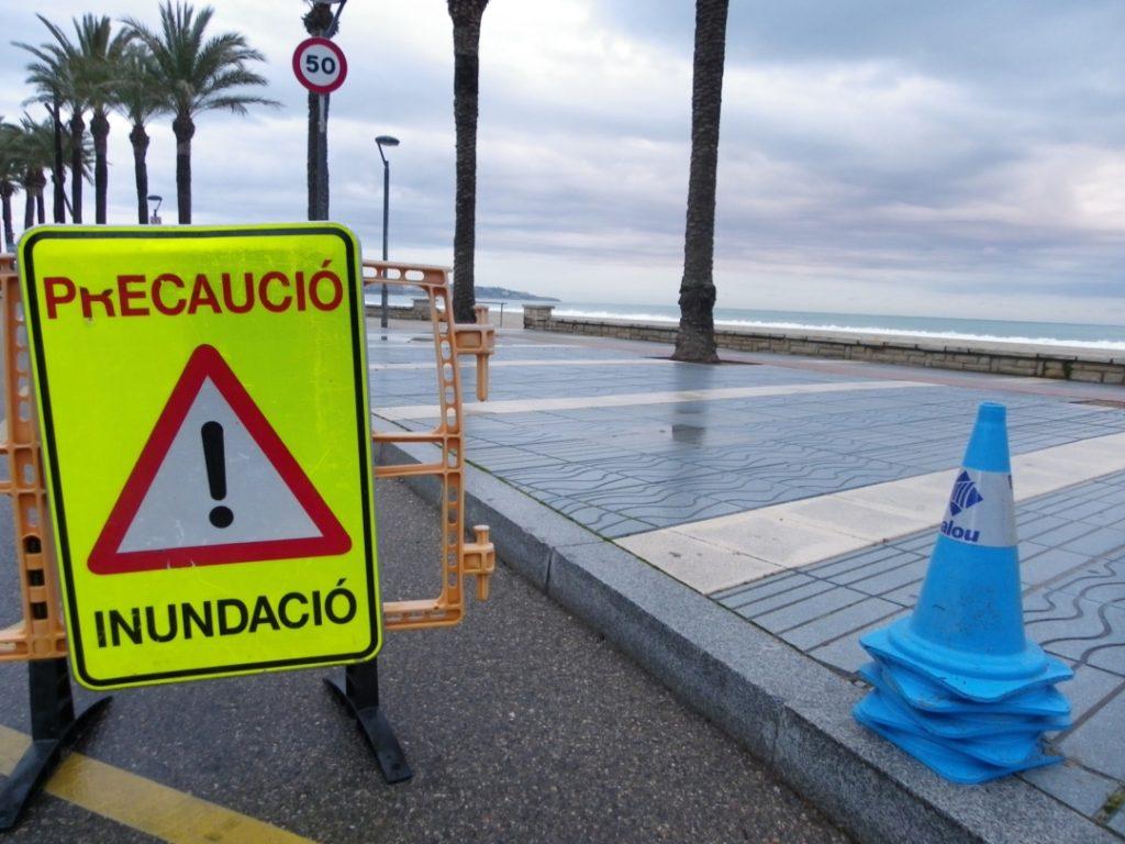 Cartell d'advertència per inundacions a Cambrils. Foto: Romà Rofes / Tarragona21.cat