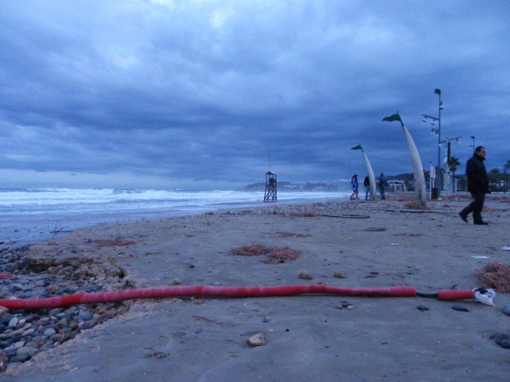 Les ones han arrancat cables soterrats del passeig de la platja de la Pineda. Foto: Romà Rofes / Tarragona21.cat