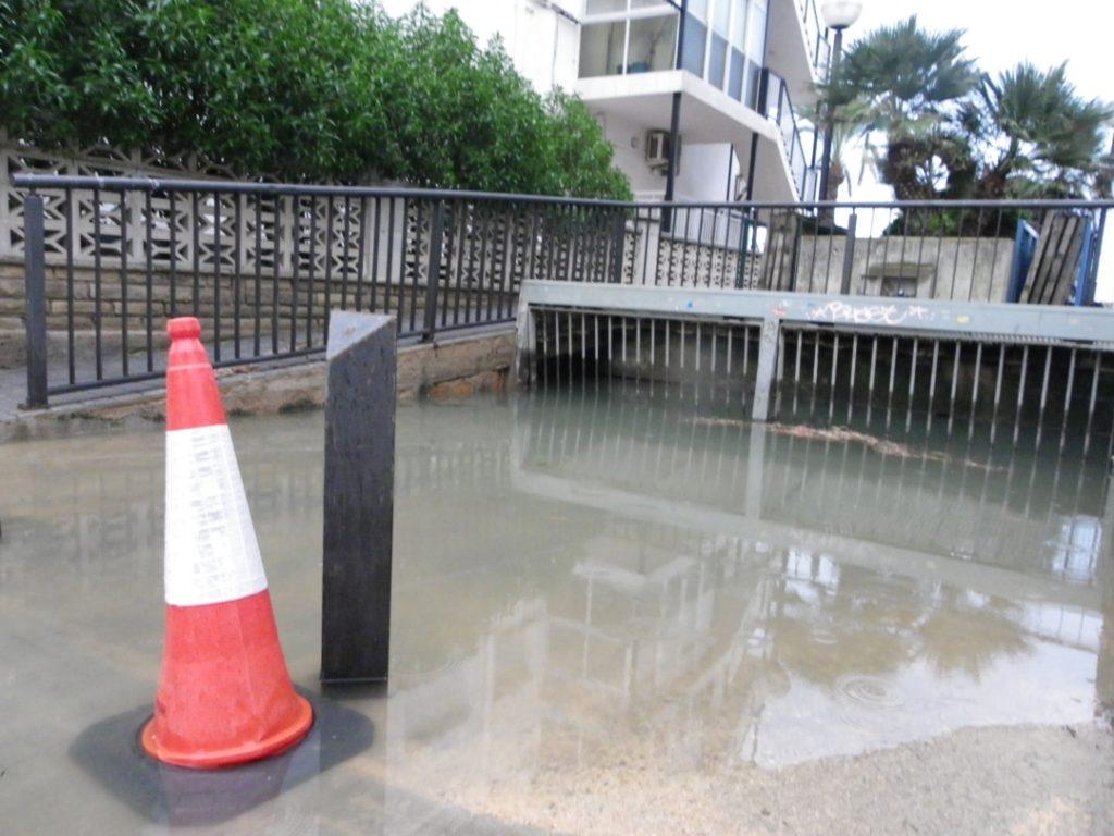 Un toll d'aigua important al barri de la Salut de Salou. Foto: Romà Rofes / Tarragona21.cat