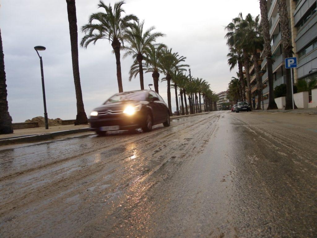 Un cotxe passant per l'avinguda Diputació, completament enfangada. Foto: Romà Rofes / Tarragona21.cat