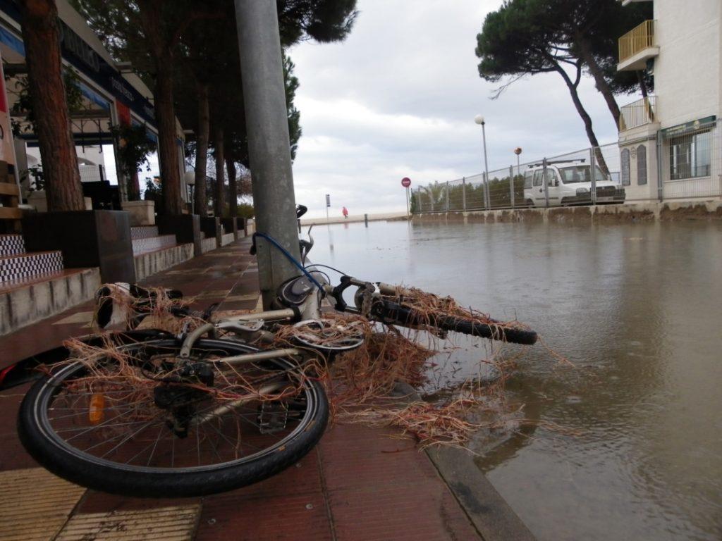 L'aigua ha fet caure una bicicleta i l'ha cobert de restes. Foto: Romà Rofes / Tarragona21.cat
