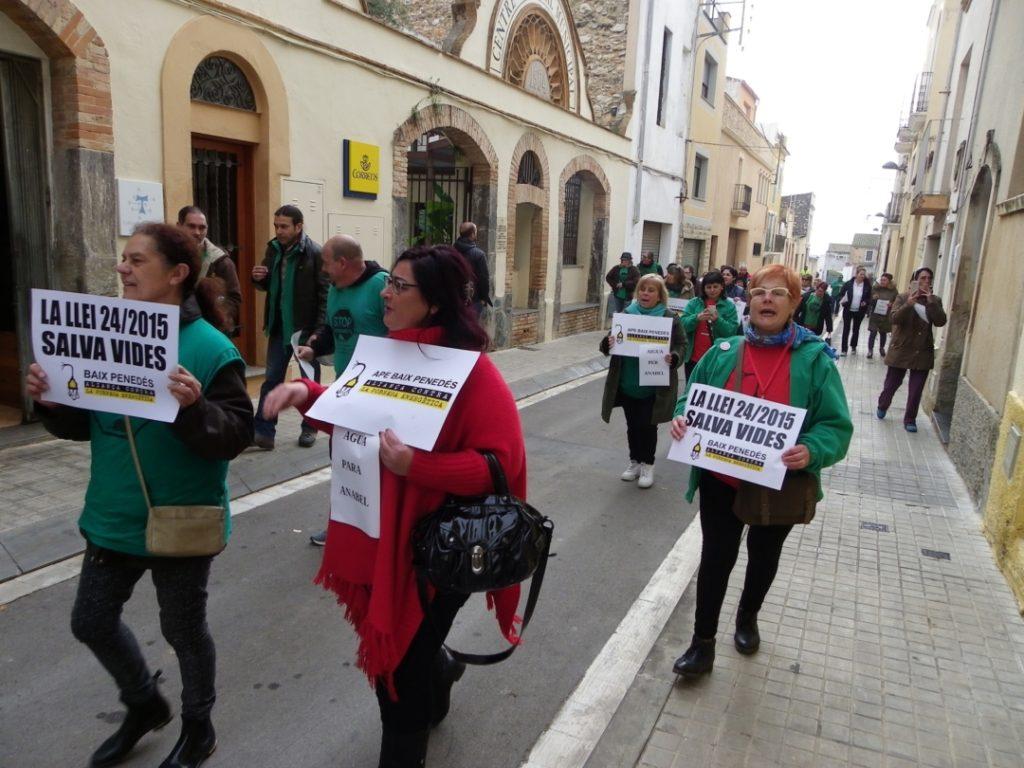 Els protestants, de camí a l'Ajuntament. Foto: Romà Rofes / Tarragona21.cat