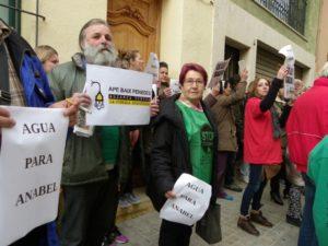 La protesta ha arrossegat una trentena de veïns i membres de les plataformes. Foto: Romà Rofes / Tarragona21.cat