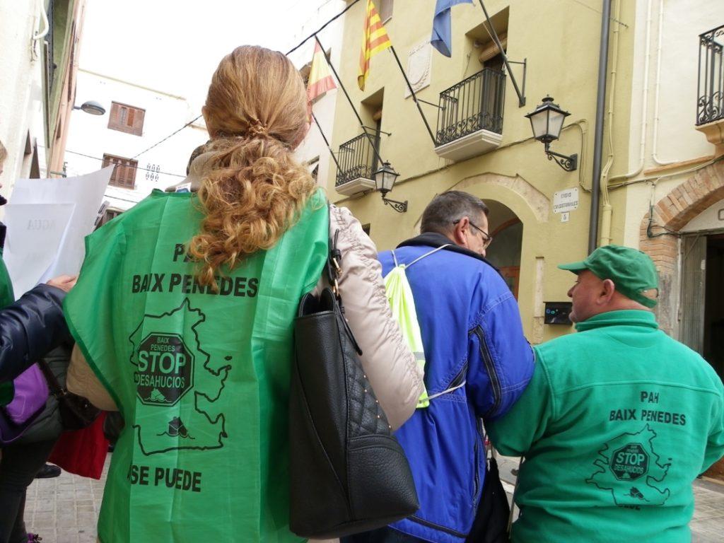 Membres de la PAH Baix Penedès, en la protesta. Foto: Romà Rofes / Tarragona21.cat