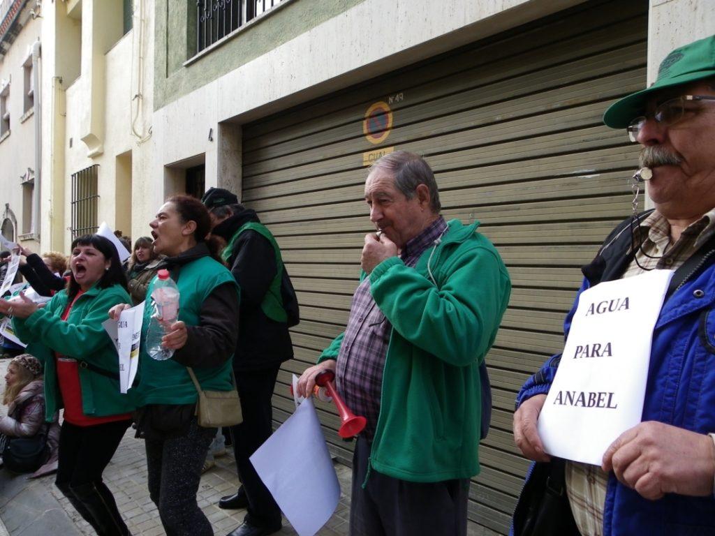 Els manifestants han protestat amb xiulets, ampolles d'aigua i altres estris per fer soroll. Foto: Romà Rofes / Tarragona21.cat