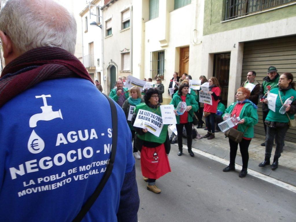 'Aigua sí, negoci no', resa la samarreta del Moviment Veïnal. Foto: Romà Rofes / Tarragona21.cat