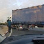 Bloqueja durant tres minuts la rotonda de l'autovia de Salou després que el pitin per saltar-se un 'Ceda'