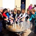 Roda de Berà celebra una paella de germanor d'onze quilos d'arròs per Santa Àgueda