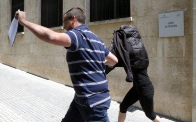 L'acusada sortint del jutjat de Guàrdia després de declarar. Foto: ACN