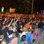 Una riuada amb 5.000 persones es manifesta a Reus davant la Comisaria de Policia
