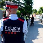 Els Mossos detenen un home i busquen un altre per estafar 2.700 euros