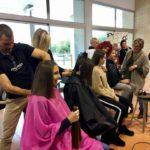 Tall de cabell solidari amb La Marató al col·legi Aura