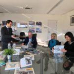 L'alcalde Pere Granados vista l'escola internacional del Camp