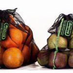 L'Ajuntament de Riudecanyes reparteix bosses de malla per acabar amb el plàstic