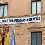 L'Ajuntament de Torredembarra despenja la pancarta de suport als presos