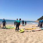 Els nois i noies de l'Institut de Roda de Berà aprenen surf