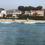 Socorristes de Creu Roja rescaten un home a la platja de Roda de Berà