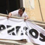 L'Ajuntament torna a penjar la pancarta dels presos