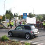Manifestació a l'accés N-340 i AP-7 per reobrir la rotonda de Torredembarra