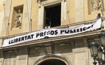 Societat Civil Catalana lamenta la pancarta dels presos de l'Ajuntament de Tarragona