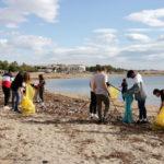 L'alumnat de l'institut Baix Camp col·labora en la neteja de les platges de Cambrils
