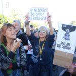 Centenars de persones protesten per la presència del Rei davant d'un Palau de Congressos blindat