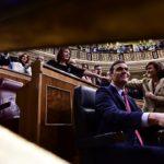 Pedro Sánchez, investit president del primer Govern de coalició i superant les fortes pressions