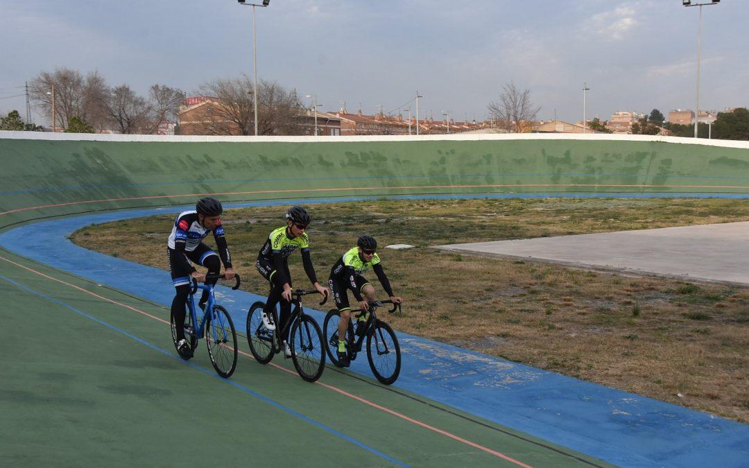 Els ciclistes ja corren pel velòdrom de Campclar