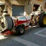 Pagesos de Constantí col·laboren amb la seva maquinària en tasques de desinfecció dels carrers
