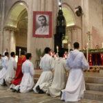 Coronavirus: L'Església recomana retirar l'aigua beneïda dels temples i no fer el gest de pau en l'eucaristia