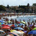 Sanitat recomana 4 metres de distància entre para-sols a les platges aquest estiu