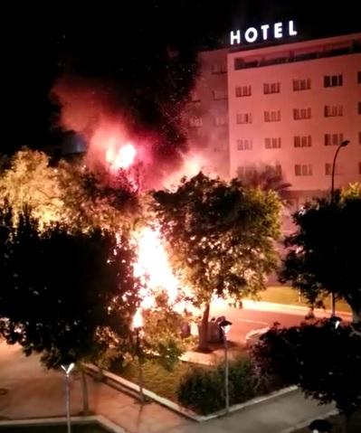 Vídeo: Forta explosió en un camió de la neteja davant el Carrefour de Reus