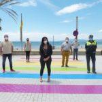 Salou pinta un pas de vianants al carrer Colón amb els colors LGBTI, per reivindicar la diversitat