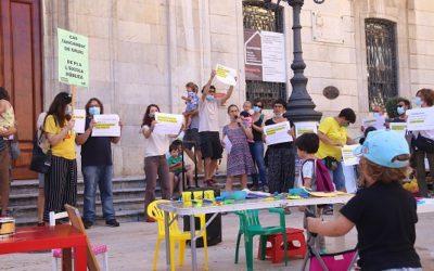 Una cinquantena de persones reclamen més places d'educació infantil a l'escola pública de Tarragona