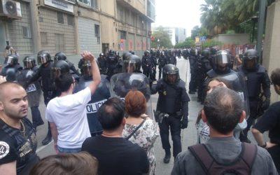 Un jutjat de Tarragona investiga un votant de l'1-O per agafar la porra d'un policia i empènyer-lo cap a la «massa hostil»