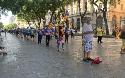 Concentració per la independència a Tarragona amb el fre de mà per la pandèmia