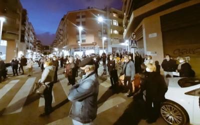 Prop d'un centenar de persones es concentren a les portes del CAP Jaume I per reclamar millores en el servei