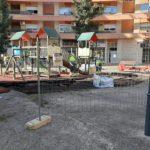 Inicien els treballs de millora i renovació de la zona de jocs infantils de la plaça de la Fumera de Reus