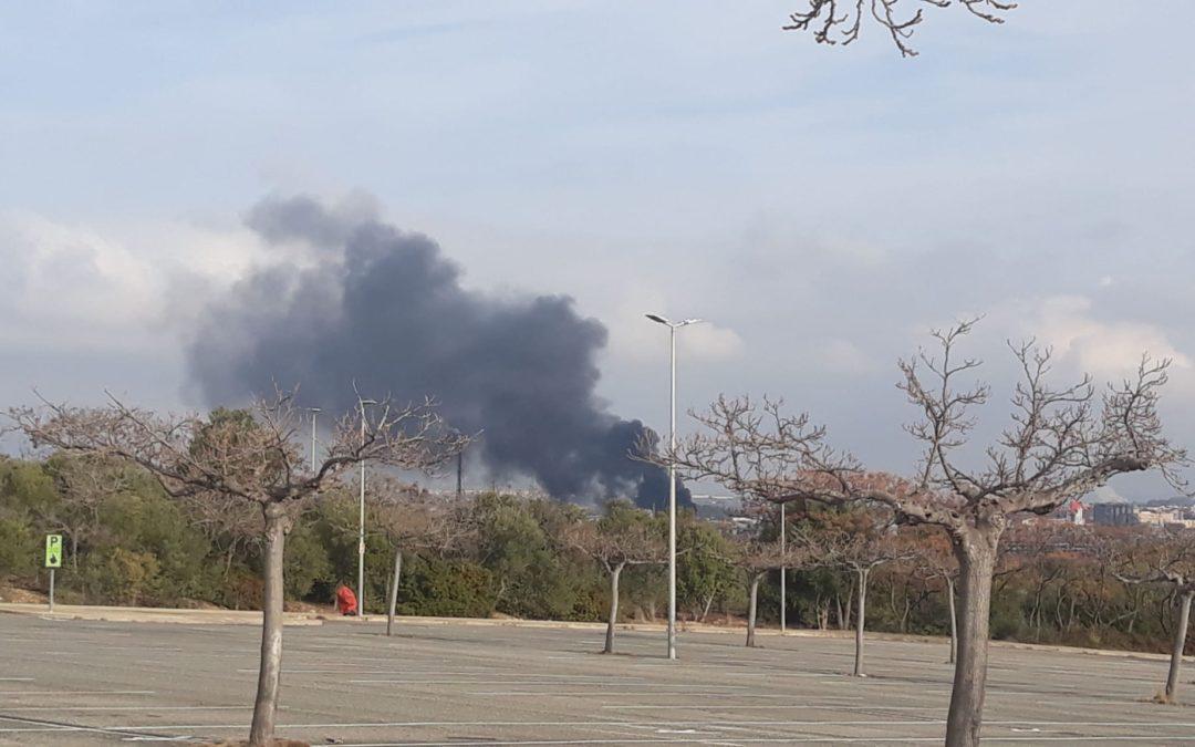 Els bombers de Covestro extingeixen un foc declarat a una torre de refrigeració